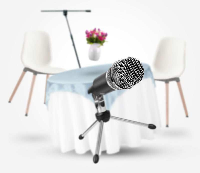میز و صندلی و گلدان معلق و میکروفون جلوی تصویر- آژانس تبلیغات کربن- دیجیتال - تبلیغات- تبلیغات دیجیتال