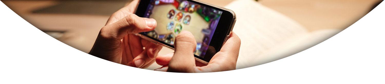 موبایل در دست یک نفر در حال بازی با آن- آژانس تبلیغات کربن