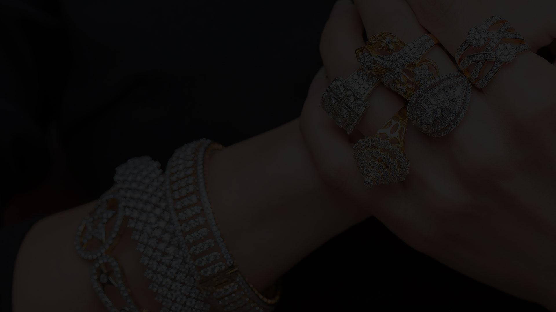 انگشتر و دستبند جواهر در دست خانم- آژانس تبلیغات کربن- تبلیغات دیجیتال- دیجیتال مارکتینگ