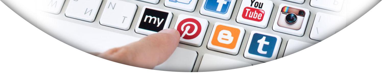 لوگو شبکه های اجتماعی روی کیبورد- آژانس تبلیغات کربن