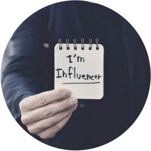 فردی نوشته ی I'm Influencer را در دست دارد- آژانس دیجیتال کربن