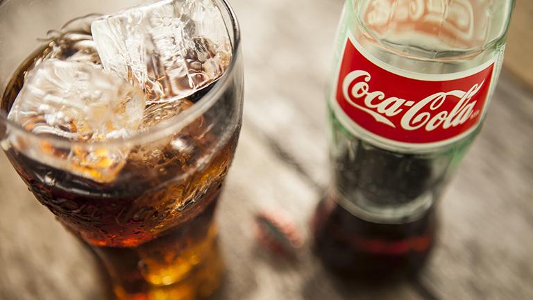 شیشه کوکاکولا و لیوان پر از نوشابه- اینفلوئنسر مارکتینگ- تبلیغات دیجیتال