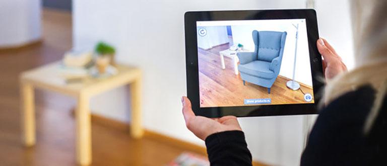 مبل قرار گرفته به صورت مجازی در تبلت فرد- تکنولوژی - آژانس کربن- آژانس تبلیغاتی- hightech