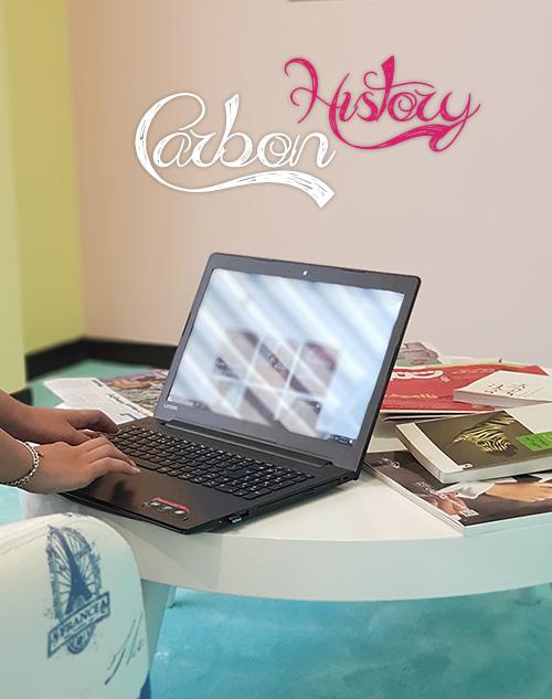 میز کار با تعدادی کتاب و یک لپ تاپ- آژانس تبلیغاتی کربن